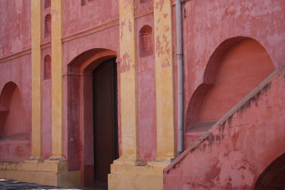 O edifício em tons rosa, do século 17, abriga o Monastério das Carmelitas Descalças. No seu interior, o Museu de Arte Religiosa Juan de Tejeda expõe imagens sacras