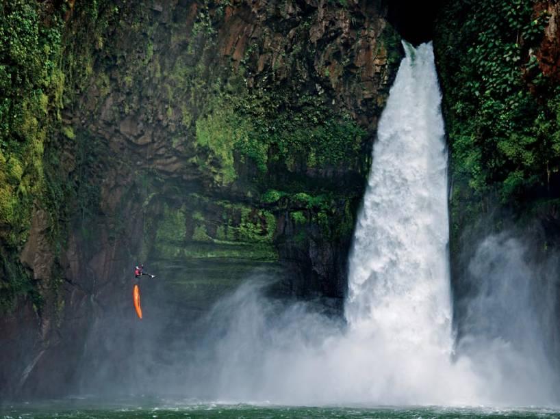 Uma temível cachoeira de 40 metros aparece no caminho do canoísta Ben Stookesberry, e ele desce de rapel em seu caiaque pelo penhasco no Alseseca, um rio que nuncafoi totalmente explorado no México.É sua 124a descida em rios bravios
