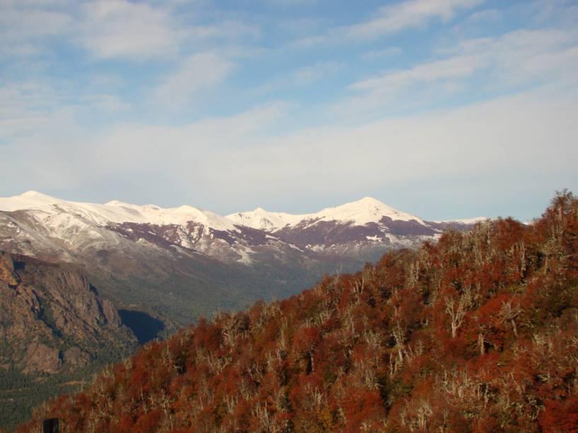 De Cerro Otto, é possível ver as montanhas cobertas de gelo da Cordilheira dos Andes contrastando com os bosques de coníferas