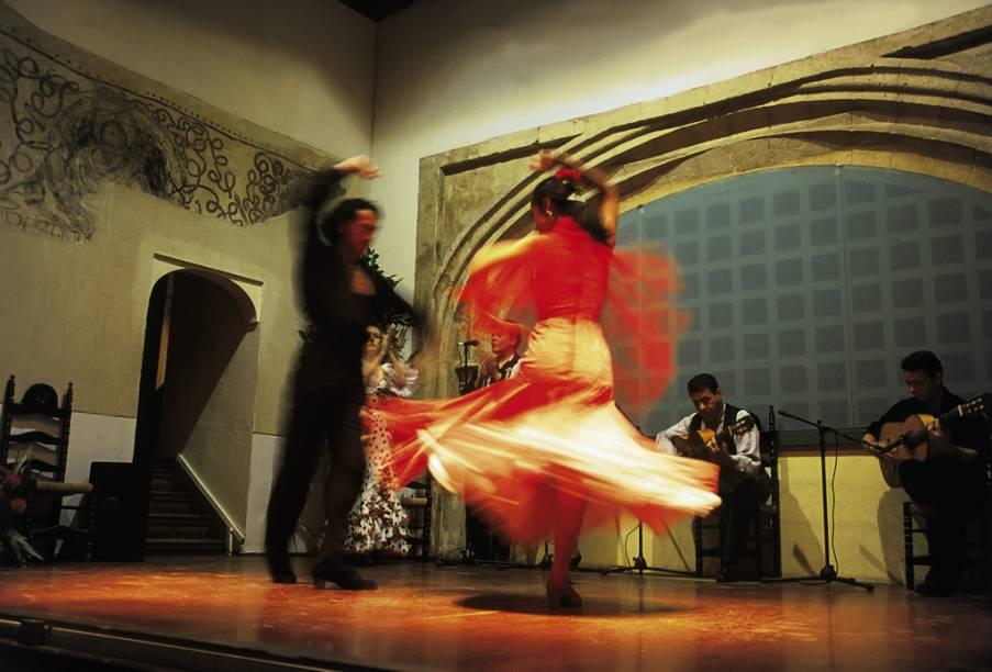 Casal dança Flamenco no bairro de Sacromonte, em Granada