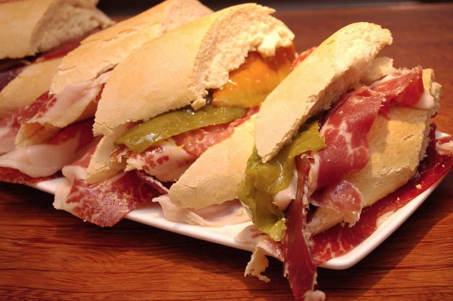 Sanduíche servido em bar de San Sebatián
