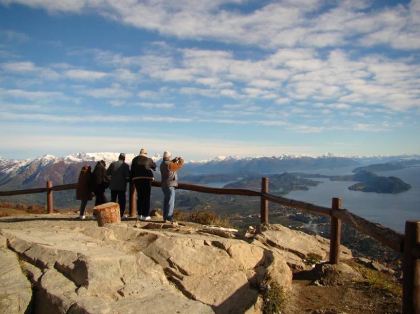 """No cume do Cerro Otto, há um mirante e um restaurante giratório de 360 graus, que permitem uma vista panorâmica de <a href=""""http://viajeaqui.abril.com.br/cidades/ar-bariloche"""" rel=""""Bariloche"""" target=""""_blank"""">Bariloche</a>"""