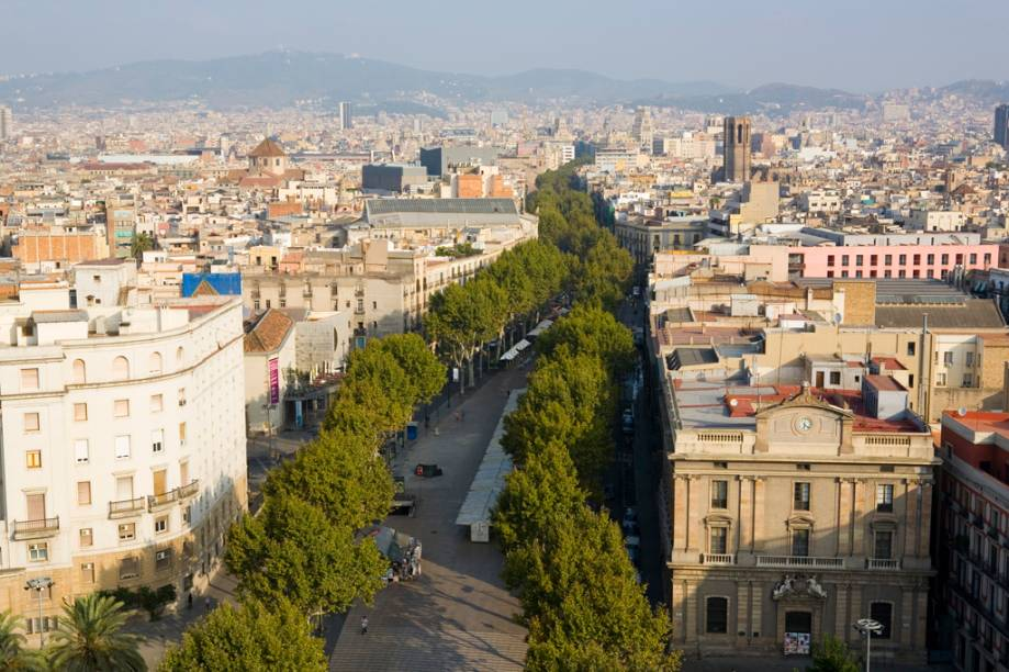 Um bom jeito de conhecer Barcelona é caminhar pelas ramblas, a longa e arborizada alameda que vai da Placa de Catalunya ao monumento a Colombo, localizado no porto