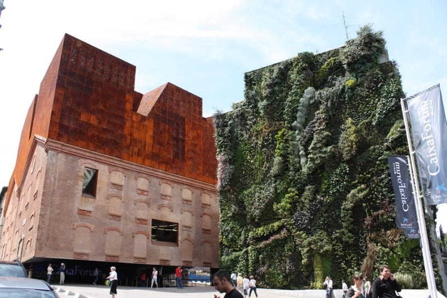 Reformado em 2001 para sediar o centro cultural, o CaixaForum tem um jardim vertical com 15 mil plantas