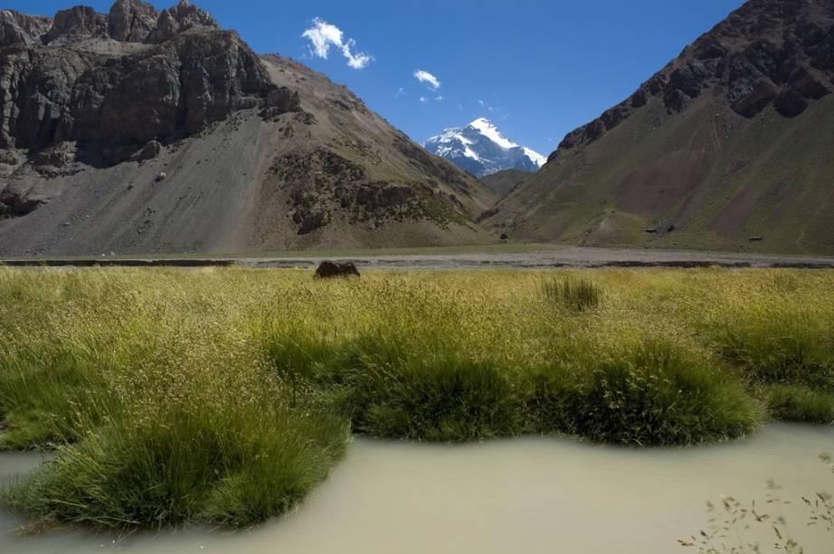 """Alcançar o topo nevado da montanha é para poucos, mas em terra firme, no Parque Provincial Aconcagua, é possível avistar o """"Sentinela de Pedra"""""""