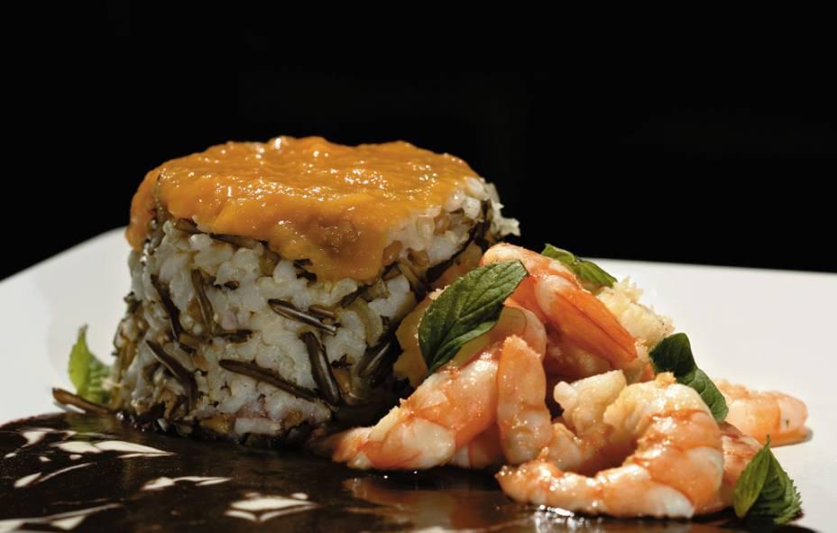 Camarão com açaí, folhas de manjericão, arroz de grãos e purê de papaya, do restaurante Lua Marinha, na Praia do Rosa