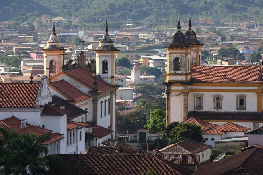 Torres das igrejas de São Francisco de Assis (à direita), e de Nossa Senhora do Carmo, na Praça Minas Gerais