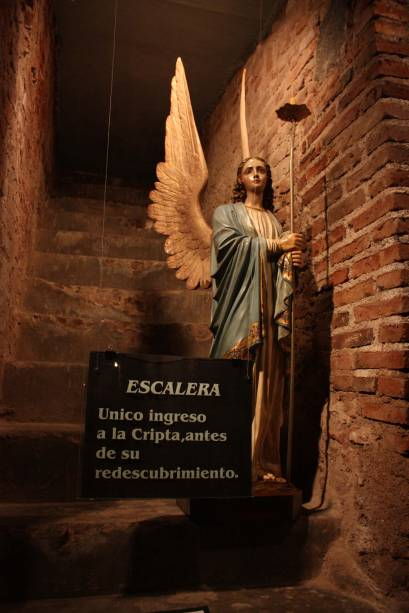 A Cripta Jesuítica do século 18 foi descoberta por acaso apenas em 1989. As paredes subterrâneas de pedra abrigam um museu com objetos e estátuas religiosas