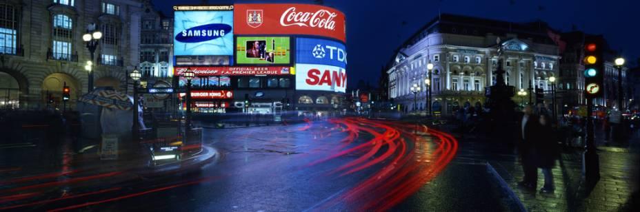 A praça Piccadilly Circus, no centro da cidade, e a fonte de Eros