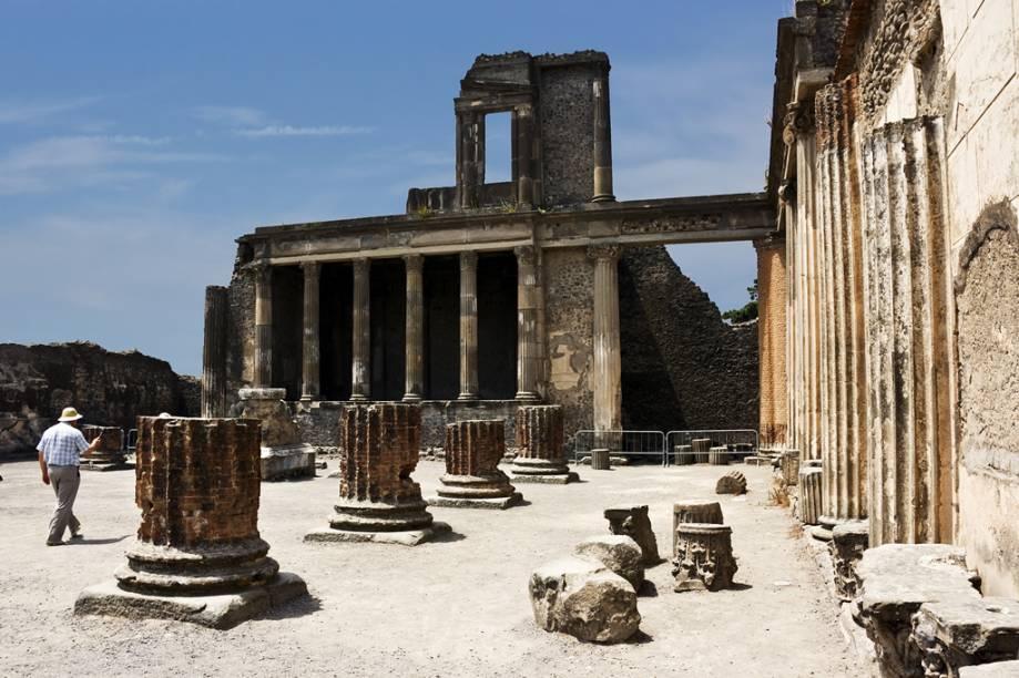 """De <a href=""""http://viajeaqui.abril.com.br/cidades/italia-napoles"""" rel=""""Nápoles"""">Nápoles</a>, é possível visitar as ruínas de Pompeia, devastadas pela erupção do vulcão Vesúvio. O que restou da cidade antiga revela uma típica sociedade romana com fórum, templos e teatros bem preservados"""