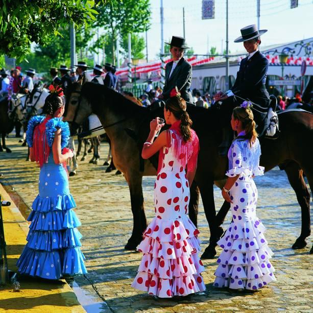 Sevilha fica colorida e lotada de barraquinhas com comidas típica na Feira de Abril. À noite, há apresentações de dança flamenca