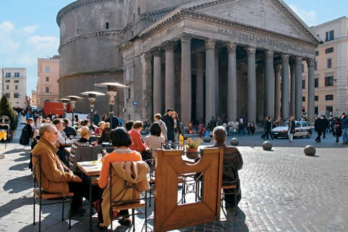 Ao longo de seus mais de 2 mil anos de existência, O Pantheon foi convertido em igreja católica no século 7 e hoje atrai pela sua história e beleza