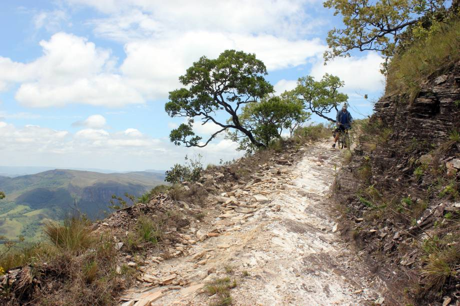 """O <a href=""""http://viajeaqui.abril.com.br/estabelecimentos/br-mg-serra-da-canastra-atracao-parque-nacional-da-serra-da-canastra"""" target=""""_blank"""">Parque Nacional da Serra da Canastra</a> e dezenas de reservas ecológicas particulares na região têm estradinhas de terra que dão acesso a cachoeiras e mirantes belíssimos, muito procurados por cicloturistas e travessias à pé. Há uma grande oferta de campings, alguns deles próximos a piscinas de água termal e quente, hmmm! A região fica próxima à capital <a href=""""http://viajeaqui.abril.com.br/cidades/br-mg-belo-horizonte"""" target=""""_blank"""">Belo Horizonte</a> e pode ser percorrida em um, dois ou mais dias, seja carregando todos os equipamentos a cada deslocamento ou estabelecendo bases onde deixar a maioria da bagagem para explorar as cachoeiras e subir as serras com menos carga"""