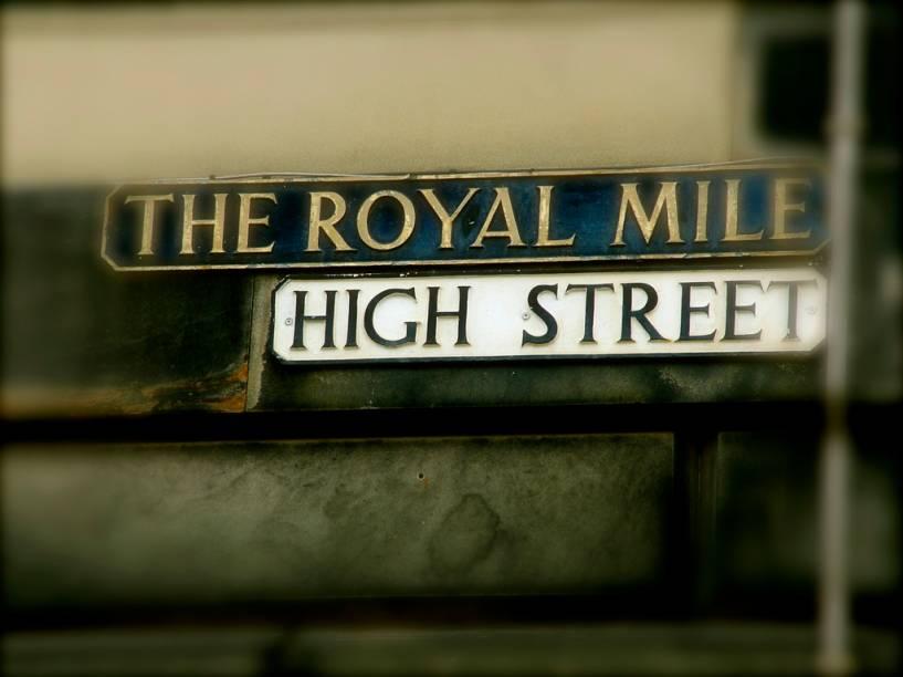 Royal Mile, uma sucessão de ruas no centro de Edimburgo, atrai muitos turistas, com suas lojas, pubs e restaurantes