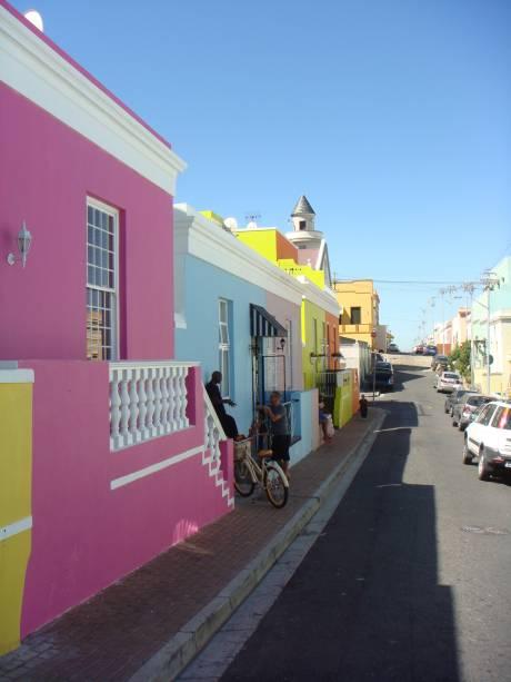 """O bairro muçulmano de Bo-Kaap ou """"quarteirão malaio"""" é famoso pelas casas coloridas, mesquitas e lojinhas cheias de aromas exóticos"""