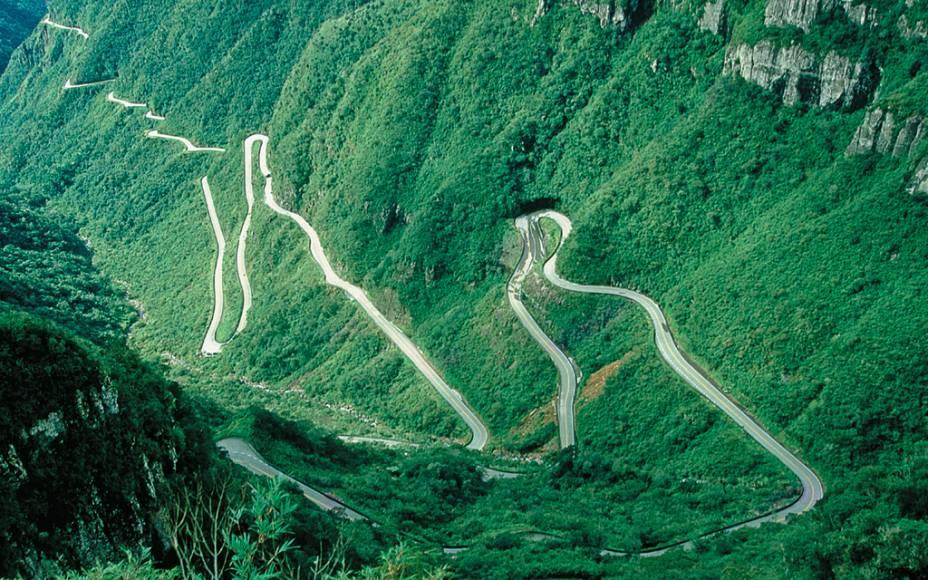 """É fácil preferir as curvas da estrada de <strong><a href=""""http://viajeaqui.abril.com.br/cidades/br-sc-bom-jardim-da-serra"""" rel=""""Bom Jardim"""" target=""""_blank"""">Bom Jardim</a></strong>, na <strong>Serra do Rio do Rastro</strong>"""