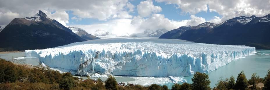 Ao todo, a geleira <strong>Perito Moreno</strong> ocupa uma área de 250 quilômetros quadrados e possui 60 metros metros de altura. Daqui, é possível ver espetáculos de ruptura de gelo, que provoca verdadeiros estrondos
