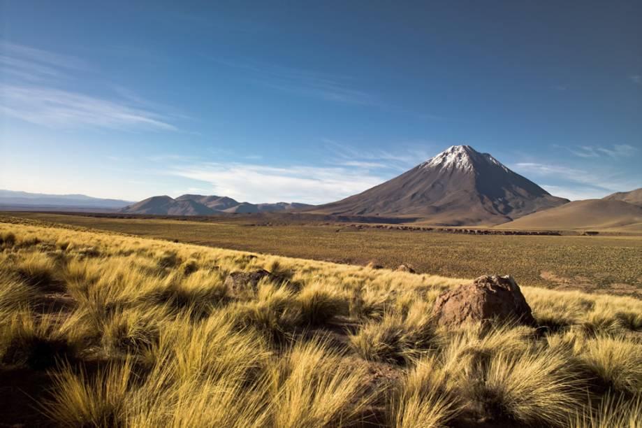 """O <a href=""""http://viajeaqui.abril.com.br/materias/fotos-do-deserto-do-atacama"""" rel=""""Deserto do Atacama"""" target=""""_blank""""><strong>Deserto do Atacama</strong></a> é o mais alto e mais seco do mundo. Localizado no norte do Chile, ele se esparrama entre o Oceano Pacífico e a Cordilheira dos Andes. O <strong>Vulcão Licacanbur</strong> é um dos cartões-postais da região"""