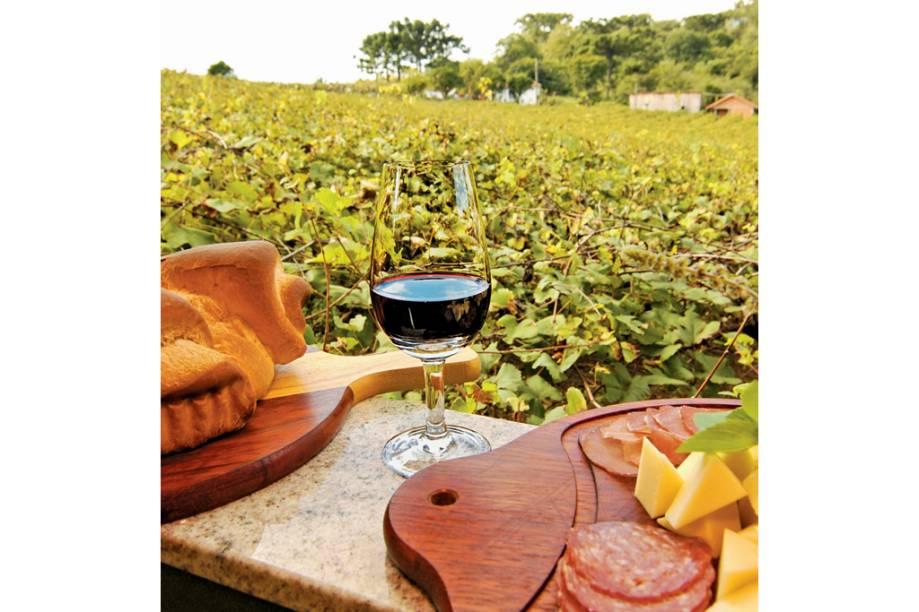 """Tábua de frios com o vinho da terra, na Casa Valduga, em <a href=""""http://viajeaqui.abril.com.br/cidades/br-rs-bento-goncalves"""" rel=""""Bento"""" target=""""_blank"""">Bento Gonçalves (RS)</a>"""