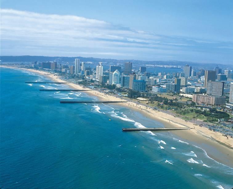 O calçadão da Golden Mile concentra hotéis, bares e restaurantes. As águas mornas do Oceano Índico e as areias douradas atraem surfistas