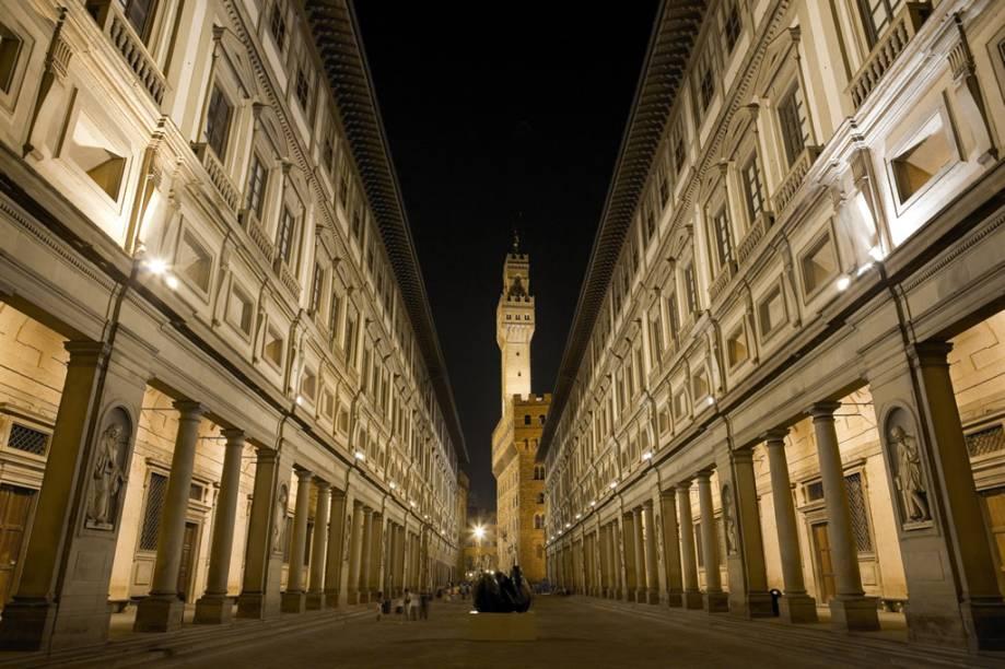 "A <a href=""https://www.uffizi.it/gli-uffizi"" target=""_blank"" rel=""noopener""><strong>Gallerie degli Uffizi</strong></a> reúne o mais importante acervo de pinturas renascentistas do mundo, com obras de Botticelli, Michelangelo e Rafael. Ao fundo, a torre do <a href=""http://www.firenzeturismo.it/en/vivi-firenze-2/luoghi-di-interesse-2/luoghi-di-interesse-dettaglio-2.html?step=scheda&provenienza=e&id_risorsa=22079"" target=""_blank"" rel=""noopener""><strong>Palazzo Vecchio</strong></a>"