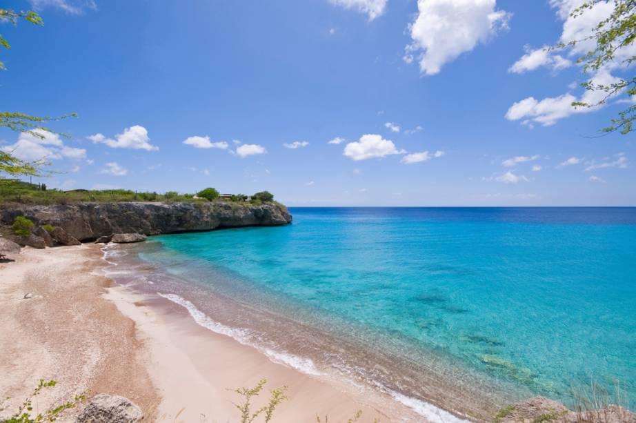"""<strong>Curaçao – 4 noites – US$ 1 007</strong><br />            A viagem por <a href=""""http://viajeaqui.abril.com.br/paises/curacao"""" rel=""""Curaçao"""">Curaçao</a>, a maior ilha do antigo arquipélago das Antilhas Holandesas, inclui quatro noites de hospedagem em apartamento duplo no Veneto Cassino Holiday Beach Resort, café da manhã, traslados, seguro e passagem aérea Avianca saindo de <a href=""""http://viajeaqui.abril.com.br/cidades/br-sp-sao-paulo"""" rel=""""São Paulo"""">São Paulo</a>.<br />            <br />            <strong>Quando:</strong> saídas de 1 de abril a 3 de junho<br />            <strong>Pagamento:</strong> 20% de entrada e saldo em 9 vezes sem juros no cheque ou cartão de crédito<br />            <strong>Quem leva:</strong> a <strong>Nascimento</strong> (0800 774 1110, <a href=""""http://www.nascimento.com.br/"""">www.nascimento.com.br</a>)"""