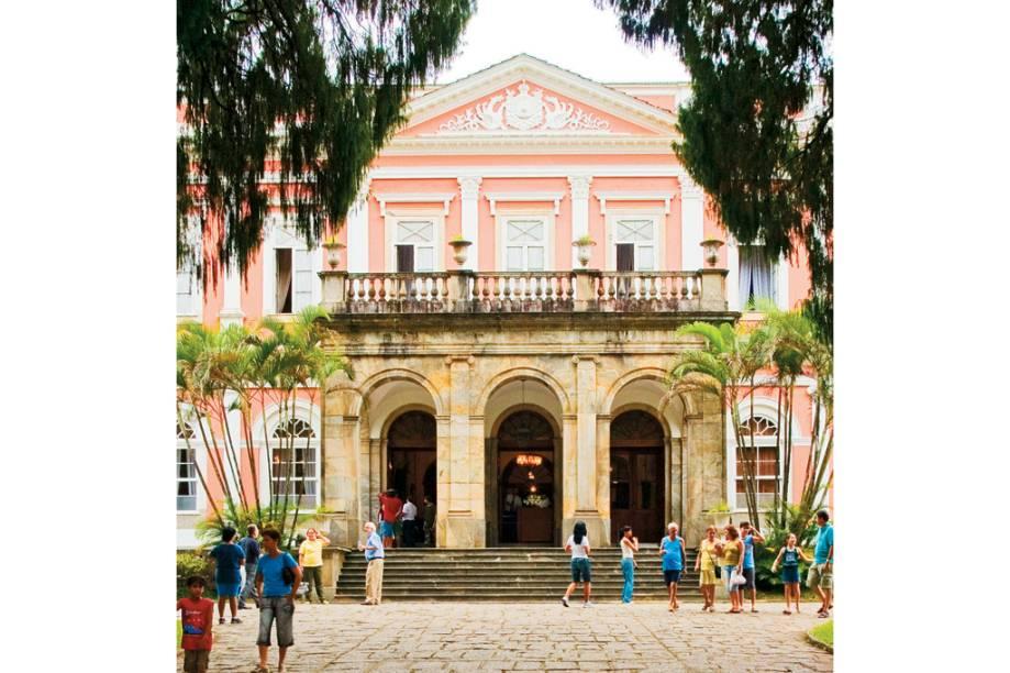 """O <a href=""""http://viajeaqui.abril.com.br/estabelecimentos/br-rj-petropolis-atracao-museu-imperial/"""" rel=""""Museu Imperial"""" target=""""_blank"""">Museu Imperial</a>, que ocupa o antigo palácio de veraneio de Dom Pedro II, em <a href=""""http://viajeaqui.abril.com.br/cidades/br-rj-petropolis"""" rel=""""Petrópolis (RJ)"""" target=""""_blank"""">Petrópolis (RJ)</a>, reúne relíquias como móveis, joias e documentos do Segundo Reinado (1840/1889)"""