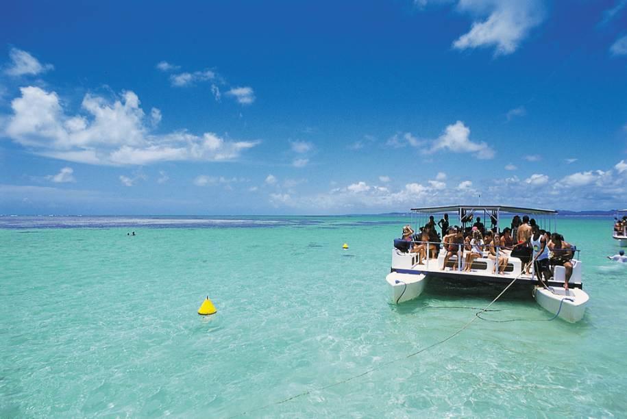 Catamarãs levam os turistas para as Galés, como são conhecidas as piscinas naturais de Maragogi