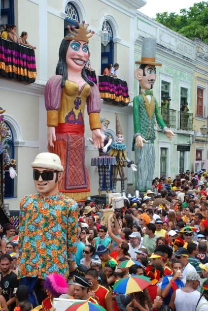 Durante o Carnaval, o turismo se volta novamente ao evento e as ladeiras são tomadas por blocos, bonecos gigantes e dançarinos de frevo