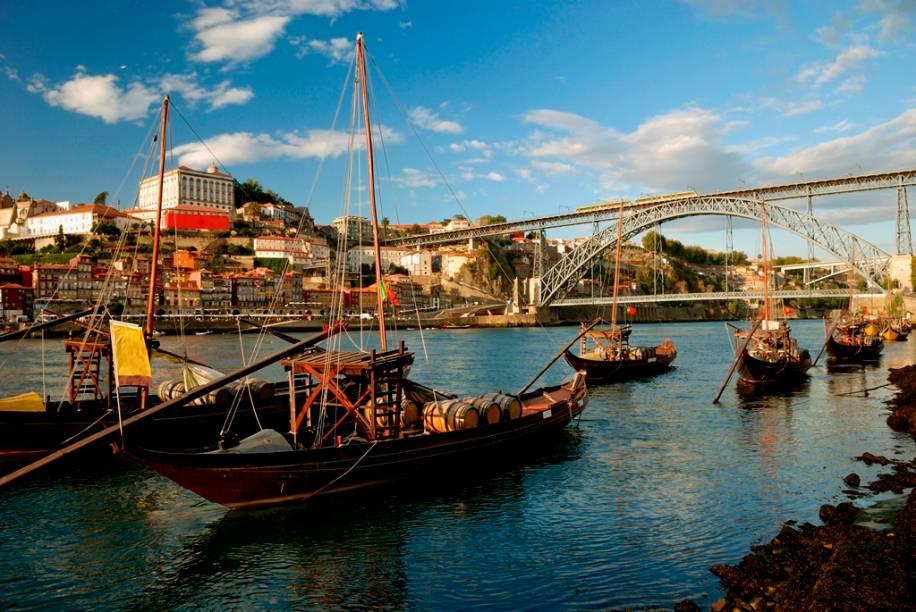 A zona da Ribeira, com seus barquinhos tradicionais e o colorido casario de fachadas gastas, com roupas estendidas no varal é um dos mais pitorescos cenários do Porto