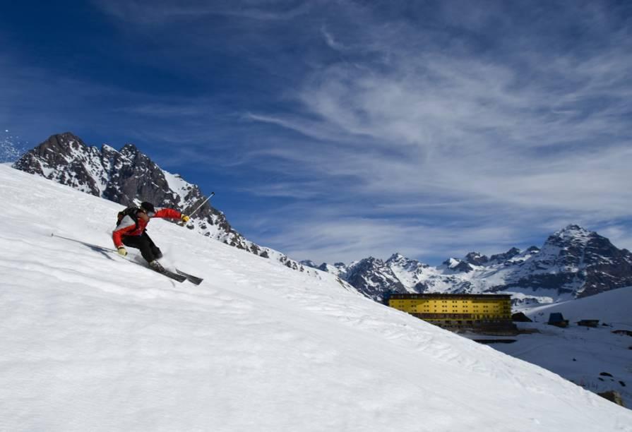 """A estação de esqui chilena <strong><a href=""""http://viajeaqui.abril.com.br/estabelecimentos/chile-portillo-atracao-pistas"""" rel=""""Portillo"""" target=""""_blank"""">Portillo</a></strong> tem as pistas mais radicais e bem cuidadas do país, com grau de dificuldade diferentes, para esquiadores iniciantes e profissionais"""