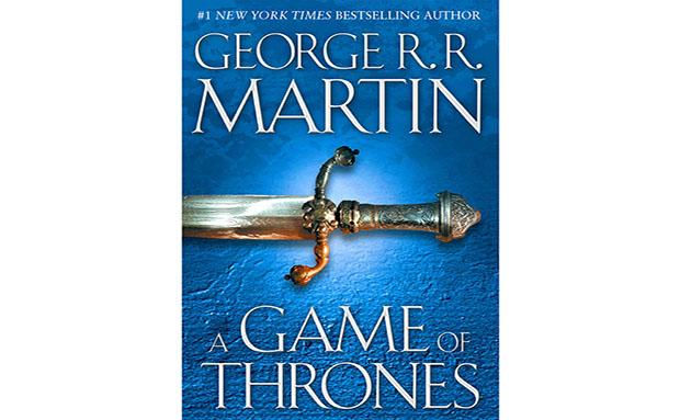 """<strong>1.Game of Thrones, George R.R. Martin</strong>    No topo de livros mais esquecidos dentro dos aviões da companhia British Airways, está o volume que encabeça a série aclamada do escritor norte-americano. A disputa acirrada pelo controle dos Sete Reinos fez tanto sucesso entre os leitores que se transformou em um das séries mais vistas da HBO - e <a href=""""http://viajeaqui.abril.com.br/materias/no-meio-do-mediterraneo-malta-e-cenario-para-producoes-cinematograficas"""" rel=""""as locações transformaram-se em destinos turísticos"""" target=""""_blank"""">as locações transformaram-se em destinos turísticos</a>. Fãs da saga seguem discutindo o destino dos personagens além de, é claro, fazerem piadas com a quantidade de mortes encomendadas pelo autor"""