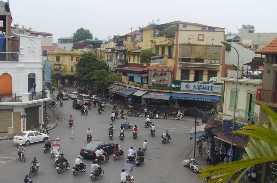 Motocicletas dominam o trânsito caótico da capital do Vietnã
