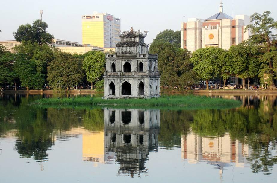 Tháp Rùa, a Torre da Tartaruga, fica no meio de um lago na região central da cidade; ao redor do monumento histórico, estão os bancos e estabelecimentos comerciais mais importantes de Hanói