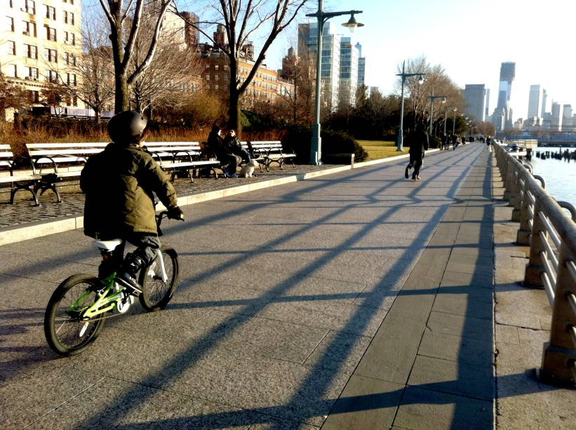 Os nova-iorquinos frequentam o Hudson River Park mesmo no inverno