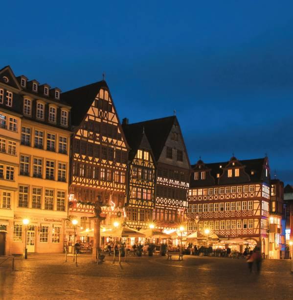 """<strong>Frankfurt e Capitais Imperiais – 8 noites – R$ 4 225</strong><br />            Frankfurt, Praga, Budapeste e Viena são as cidades do roteiro, que inclui traslados de chegada e saída, transporte durante o itinerário, visitas guiadas, dois jantares e seguro-viagem<br />            <br />            <strong>Quando:</strong> saídas de 3 de novembro a 14 de dezembro<br />            <strong>Pagamento:</strong> 25% de entrada + 9 vezes<br />            <strong>Quem leva: </strong>a <strong>Maktour</strong> tel. (11) 3818-2222 / site <a href=""""http://www.maktour.com.br"""" rel=""""www.maktour.com.br"""">www.maktour.com.br</a>"""