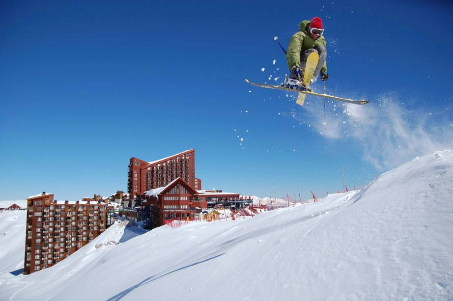 """Localizada em um platô a 3.100 metros acima do nível do mar, <a href=""""http://viajeaqui.abril.com.br/cidades/chile-valle-nevado"""" rel=""""Valle Nevado"""" target=""""_blank""""><strong>Valle Nevado</strong></a> é a estação de esqui mais alta dos Andes – e a preferida dos brasileiros"""