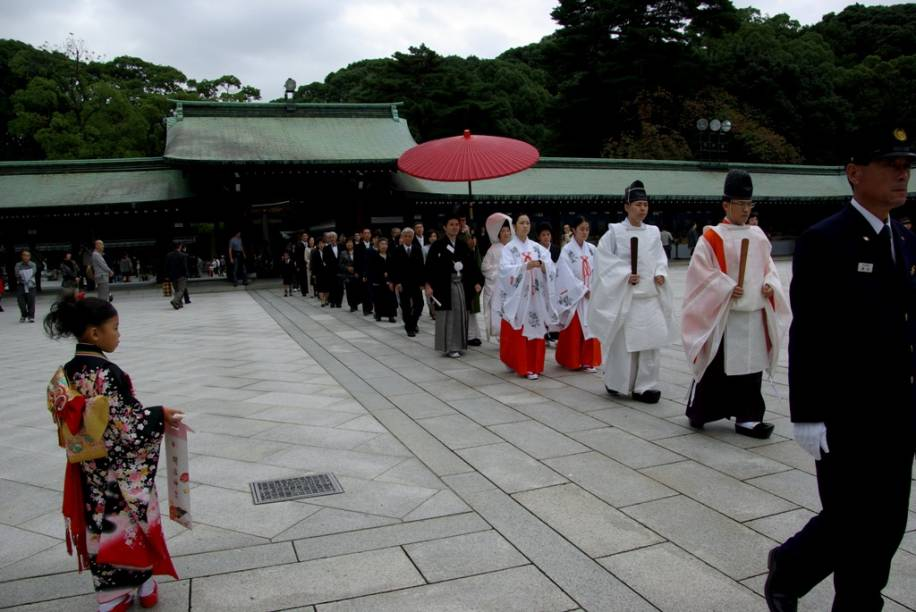 Tradicional cerimônia de casamento no santuário Meiji Jingu, em Tóquio