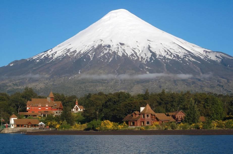 """O <a href=""""http://viajeaqui.abril.com.br/estabelecimentos/chile-lagos-andinos-atracao-vulcao-osorno"""" rel=""""Vulcão Osorno"""" target=""""_blank""""><strong>Vulcão Osorno</strong></a>, com seu pico constantemente coberto de neve, pode ser visto de vários pontos da <strong>Região dos Lagos</strong>. O gigante de 2.661 metros abriga uma estação de esqui"""