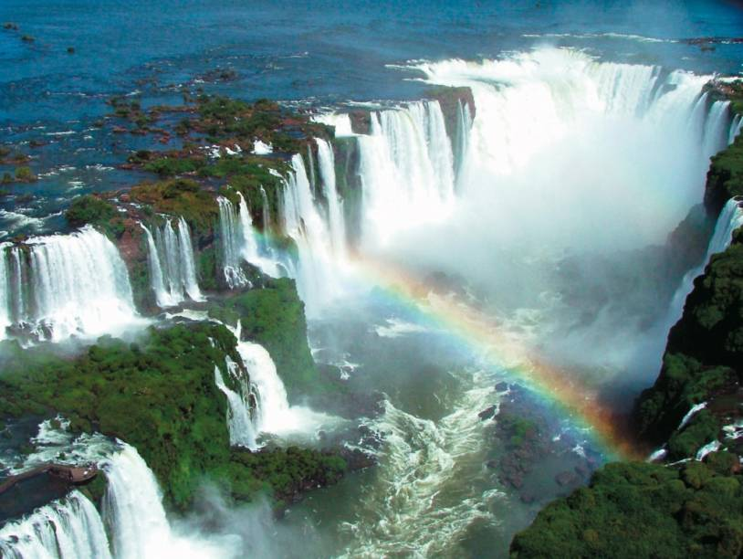 Um cânion, uma grande área de Mata Atlântica e 275 quedas dágua compõem o cenário impressionante das Cataratas do Iguaçu, na fronteira entre Brasil e Argentina