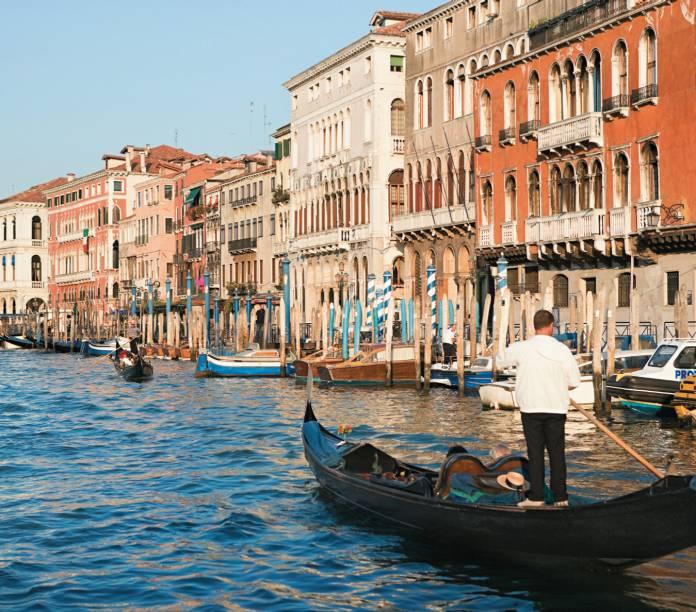 <strong>Veneza, Itália:</strong> com cerca de 270 mil habitantes, e mais de 60 mil turistas por dia, Veneza carrega a fama de cidade submersa há tempos - e é daí que vem boa parte de sua fama. De acordo com pesquisadores da Scripps Institution of Oceanography da Universidade da Califórnia, San Diego, a cidade afunda a uma taxa de 2 milímetros por ano. Pode não parecer muito, mas considere que ao longo de cinco anos, a cidade desaparece mais um centímetro, e o cenário certamente se torna preocupante para gerações futuras.