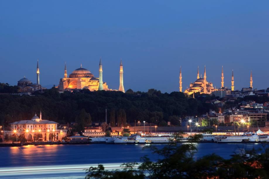 A Mesquita Azul, à direita da Aya Sofia, foi construída para sobrepor o poder do islã sobre o catolicismo