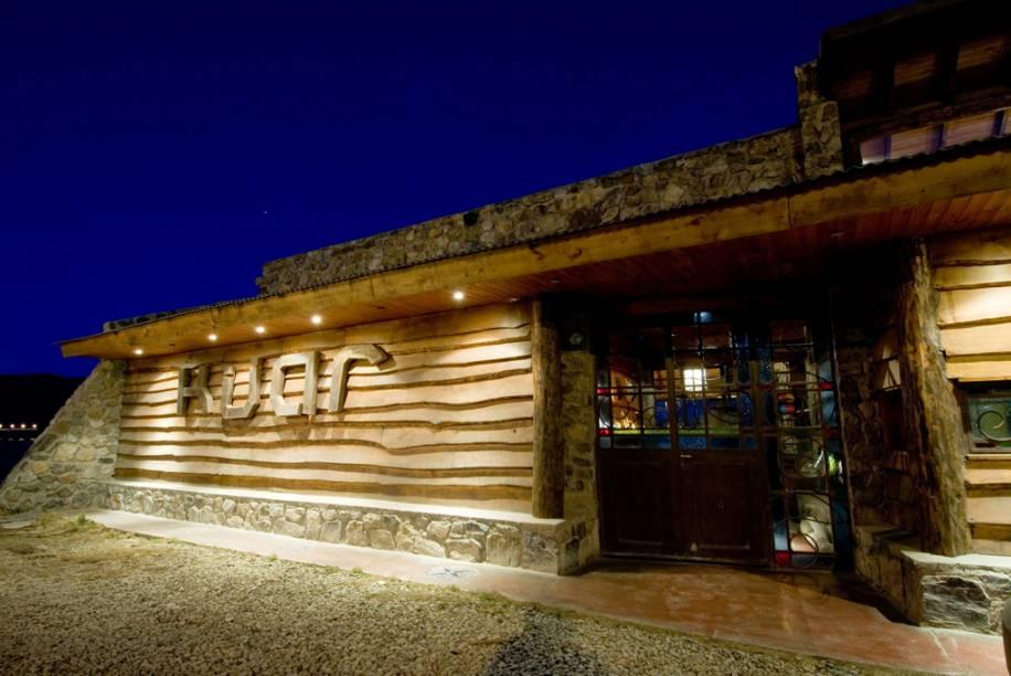 O restaurante e bar Kuar combina decoração aconchegante, de pedra e madeira. No cardápio, peixes como truta, salmão e abadejo