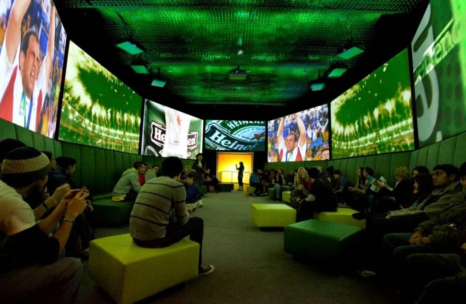 """Na <a href=""""http://viajeaqui.abril.com.br/estabelecimentos/holanda-amsterda-atracao-heineken-experience"""" rel=""""Heineken Experience"""" target=""""_blank"""">Heineken Experience</a>, o visitante pode conhecer parte do processo de produção de uma cerveja, assistir comerciais de TV e, ao final, degustar a bebida"""