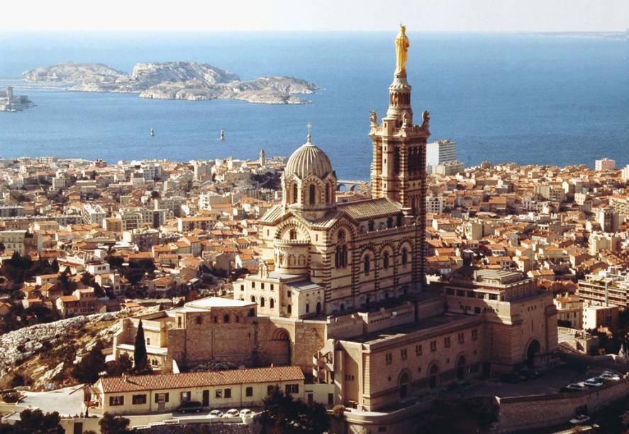 """A 149 metros do nível do mar, a basílica de Notre Dame de la Garde, que simboliza a cidade de <a href=""""http://viajeaqui.abril.com.br/cidades/franca-marselha/"""" rel=""""Marselha"""">Marselha</a>, tem também a vista mais concorrida da cidade, principalmente no pôr do sol"""