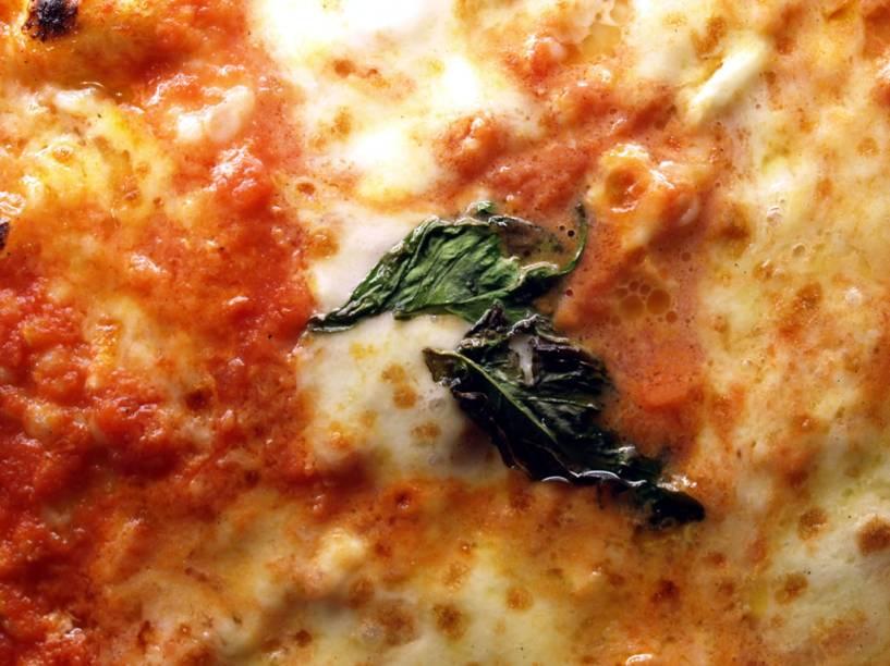 Branco da muzzarella, vermelho do tomate, verde do manjericão: as cores da Itália na pizza Margherita