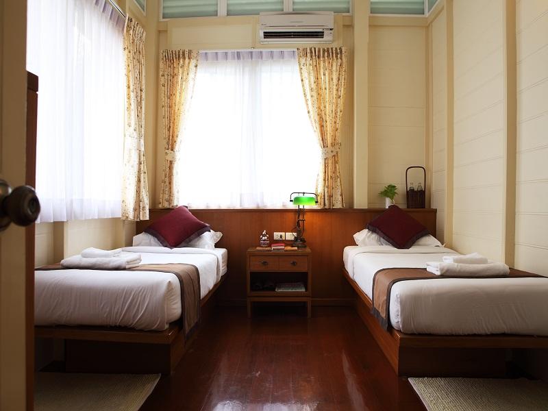 Os quartos do Baan Dinso são arejados e possuem um inestimável aparelho de ar-condicionado, um pequeno luxo que muitos albergues não possuem para suportar o quente e úmido verão tailandês