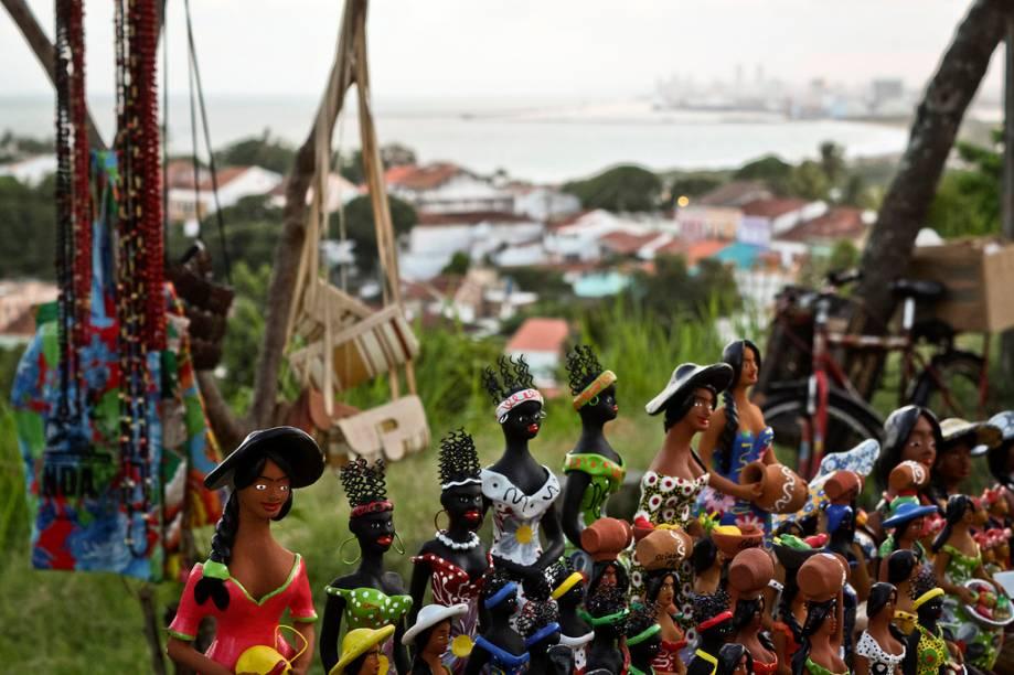 Artesanato vendido no Alto da Sé, que reúne lojas de rendas, peças de madeira e cestaria