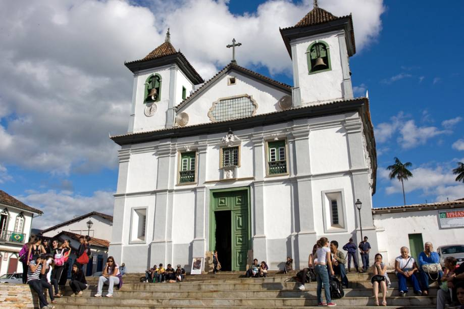 """Apesar da fachada modesta, a <a href=""""http://viajeaqui.abril.com.br/estabelecimentos/br-mg-mariana-atracao-catedral-basilica-da-se-n-s-da-assuncao"""" rel=""""Catedral Basílica da Sé"""">Catedral Basílica da Sé</a> é uma das mais ricas do Brasil, com altares altamente adornados, dois são de Francisco Xavier de Brito, mestre de Aleijadinho"""