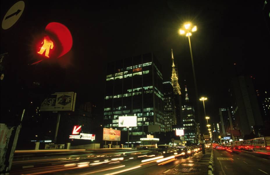 Vista da movimentada Avenida Paulista, esquina com a Alameda Campinas